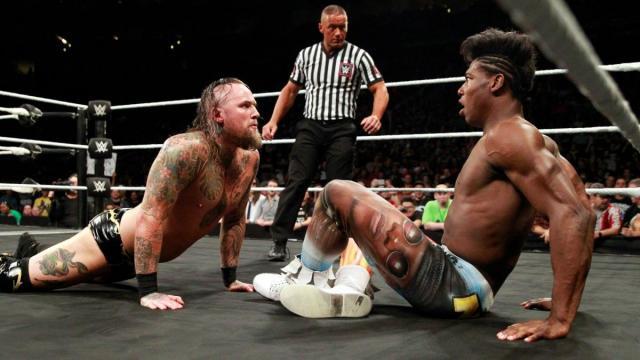 Alesiter Black respondió a la provocación de Velveteen Dream, al imitar también su pose insignia. WWE.com.