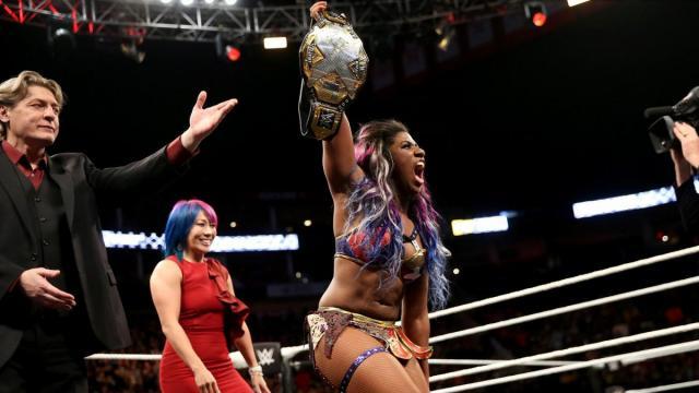 Ember Moon recibió de la misma ex campeona Asuka, el cetro femenil. WWE.com.