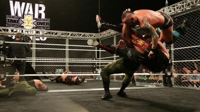 La acción en los dos rings fue caótica y hubo gran creatividad en los spots. WWE.com.