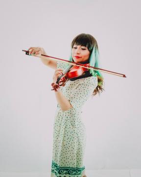 Poseedora de un gran talento, se acompña de su violin para el deleite de sus admiradores