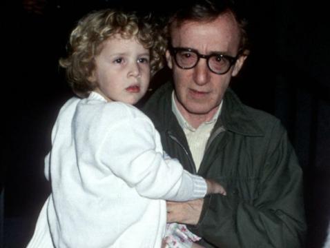 Woody Allen y Dylan Farrow (vía http://www.actitudfem.com)
