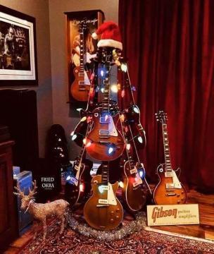 Para dar um toque musical na decoração, empilhe as guitarras com o suporte e coloque as luzes pisca-pisca ao redor