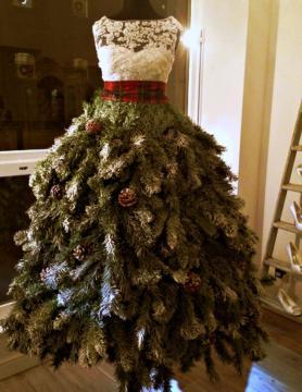 Que tal fantasiar um manequim de árvore de natal? Use dois tecidos diferentes para fazer o corpo, galhos para a base e pinhas como enfeites