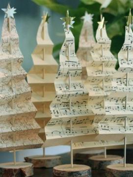 Uma ideia simples. Use vários tipos de papéis e corte-os em formato zigue-zague, prendendo nos espetos para churrasco