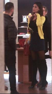 Belen Rodriguez, shopping in mini mozzafiato per Milano