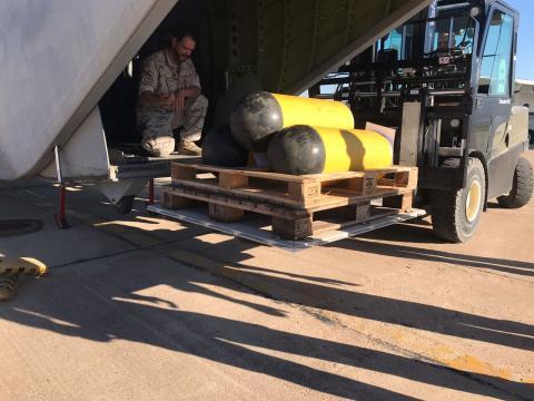 Ayuda desde España. Embarque de los contenedores estancos de apoyo a submarinos
