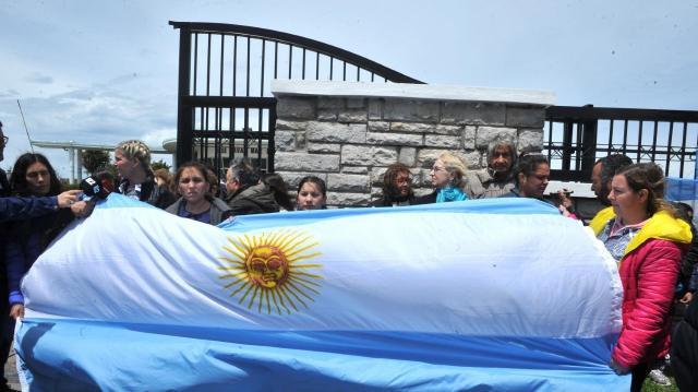 Familiares de las tripulantes protestan frente a la puerta de la base argentina de submarinos