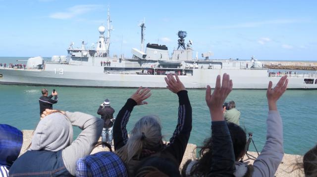Las familias despieden a los buques de rescate que parten el busca del