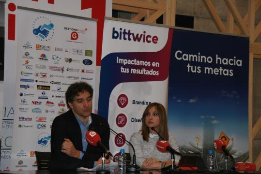 Francesc Colomer y Serezade Enguídanos durante la conferencia