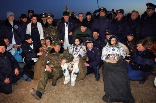 Astronautas são resgatados no Deserto da Cazaquistão em 2006. Foto NAS/Bill Ingalls