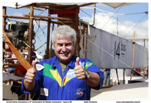 Marcos posa com réplica do 14 BIS em evento beneficente em Bauru (SP). Foto: Neila Florêncio