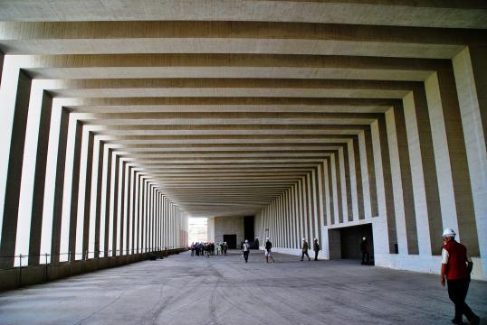 Escala de las faraónicas dimensiones del interior del Museo.