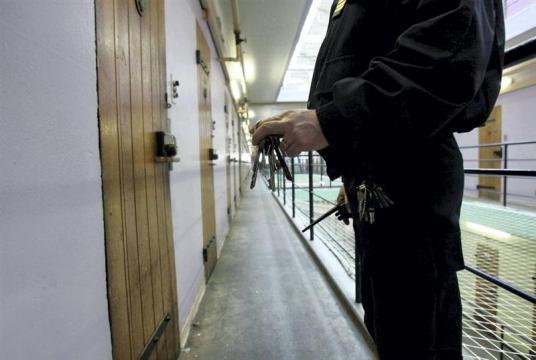 la vétusté des prisons est en cause, mais elle ne doit pas masquer les profils des détenus