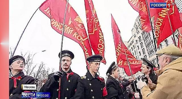 Na obchodach Komunistycznej Partii Federacji Rosyjskiej młodzież reprezentowali niemal wyłącznie aktorzy w historycznych mundurach (YouTube scrn)