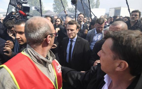 Whirlpool Amiens : Macron accueilli dans le calme - Le Parisien - leparisien.fr