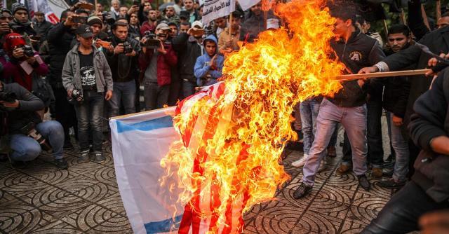 Weltweit protestieren die Menschen voller Gewalt gegen Trumps Entscheidung