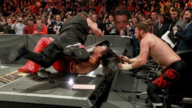KO y Zayn pusieron fuera de combate a Nakamura con una plancha en la mesa de comentaristas. WWE.com.