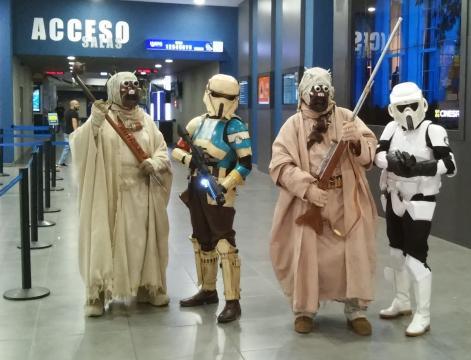 Moradores de la arenas y troopers esperando para ver Los Últimos Jedi.