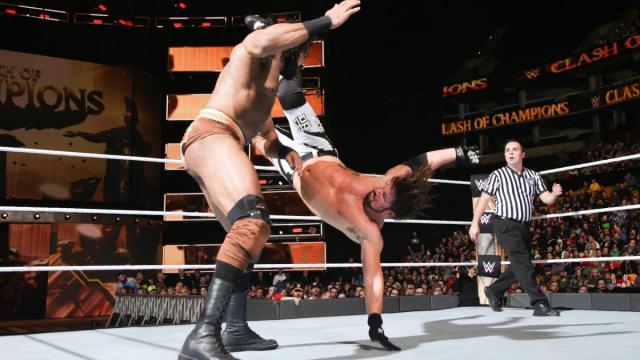 Styles pudo encaminar la lucha con par de Pele Kicks. WWE.com.