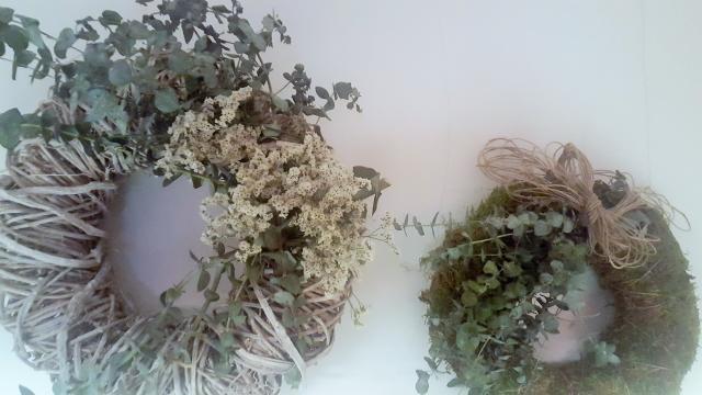 Convierte la zona de comedor en protagonista con estas dos coronas de navidad naturales