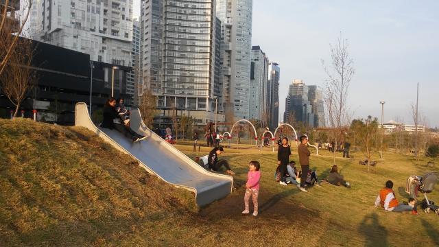 La perspectiva del predio se va curtiendo de árboles y niños que ahí pueden explayarse.
