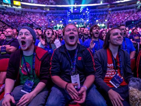 Fans en el torneo de dota2 organizado en el Seattle Key Arena en julio por Valve, fotografía cortesía de Stuart isett