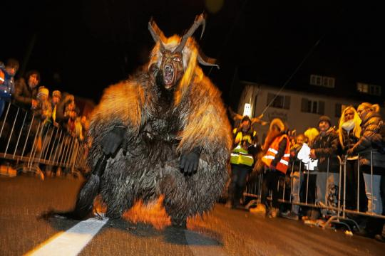 Na Áustria, pessoas saem fantasiadas de Krampus para celebrar seu dia.