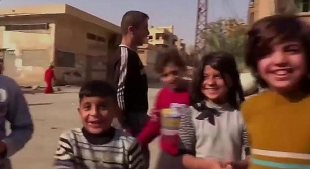 Bezgraniczna radość i nadzieja dziewczynek i chłopców w wyzwolonym mieście (screenshot)