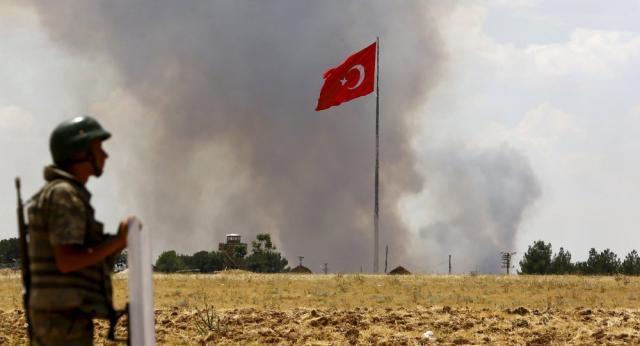 Oficial vigia trecho da fronteira entre a Turquia e a Síria.