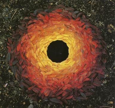 Feuilles de sorbier disposées autour d'un trou - Andy Goldsworthy (1987)
