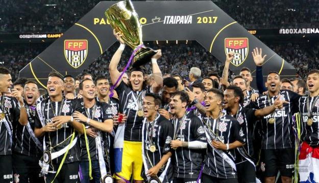 Corinthians campeão, Cássio levanta a taça