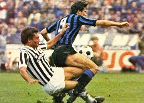 Juventus-Inter, campionato 1982/83: contrasto tra Gentile ed Altobelli