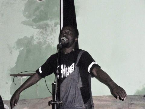 YAVE sur scène dans l'espace artistique FIIA à Yaoundé