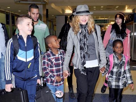 A cantora é constantemente vista em companhia dos filhos em cliques feitos por paparazzi