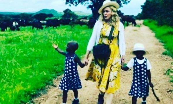 Num raríssimo momento onde as gêmeas foram fotografadas após a adoção, ainda no Malawi