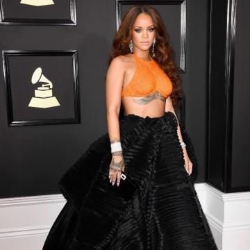 Rihanna surpreende com look sensual