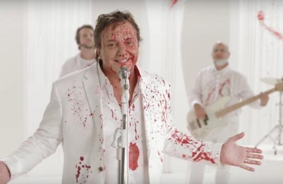 O cantor Fábio Júnior todo ensanguentado em comercial da Netflix