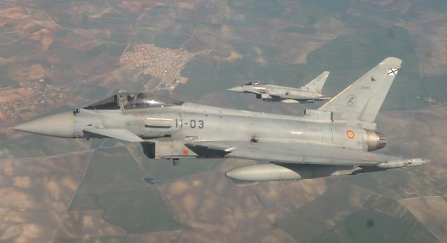 En pareja los EF-2000 españoles parten a la misión.