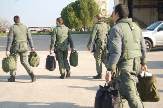 Los pilotos parten con su equipamiento a ocupar sus cazas.
