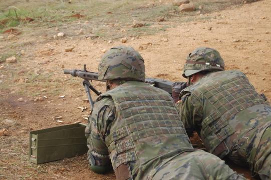 Continua el apoyo de las ametralladoras.