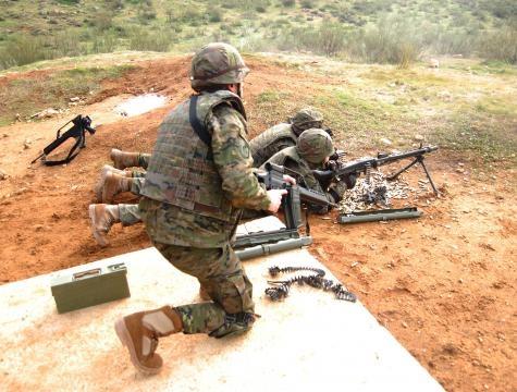 El fuego de ametralladora es vital para apoyar el ataque.
