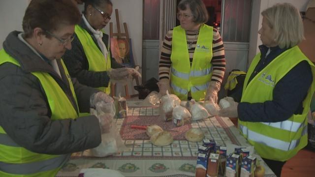 Voluntárias do grupo ASA ajudam na preparação das sandes e fornecem o queijo e o fiambre.