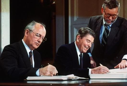 Soviet leader Mikhail Gorbatchev (L) and US President Ronald Reagan sign INF treaty in 1987 / Photo by AFP, Blasting News library
