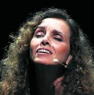 Ana Belén durante una de sus actuaciones musicales, que domina tan bien como la interpretación.