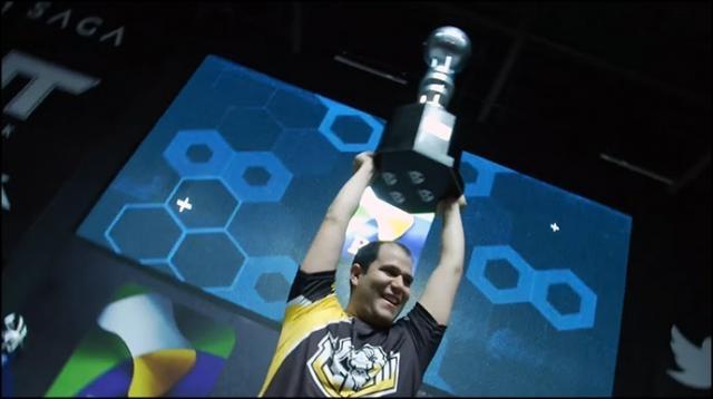 João Paulo Vinhal, Mandrake, vencedor do I Torneio Presencial de Clash Royale no Brasil.