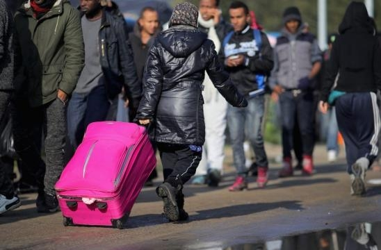 Calais migrants pack their bags - thesun.co.uk