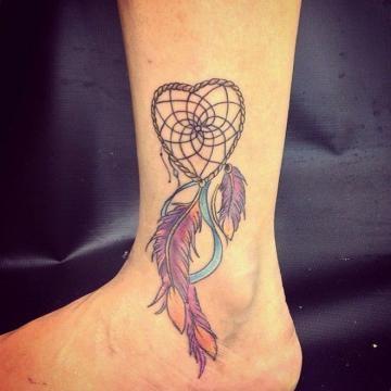 Tatuagem feminina com filtro dos sonhos