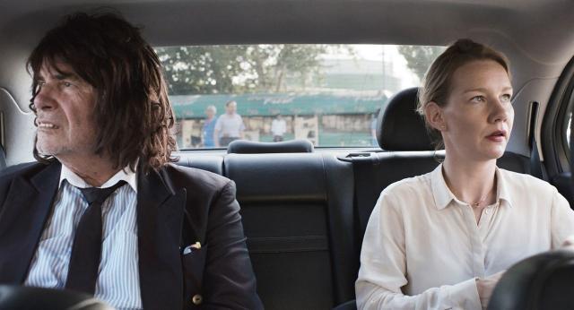 Una de las escenas más conocidas de 'Toni Erdmann', con el padre disfrazado y su hija en un coche.