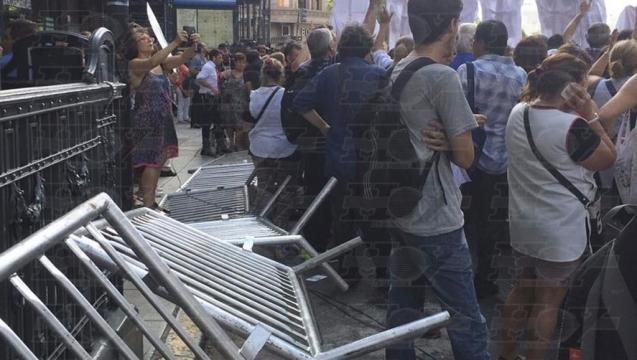 Tensión en la protesta de docentes en la previa del discurso de ... - diariohoy.net