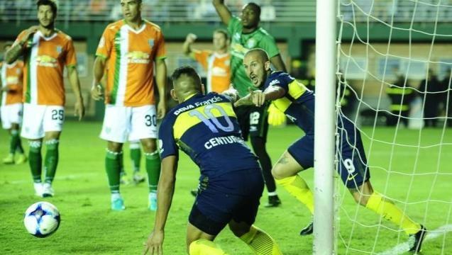 Darío Benedetto festeja su primer gol junto a Centurión. (Juano Tesone)